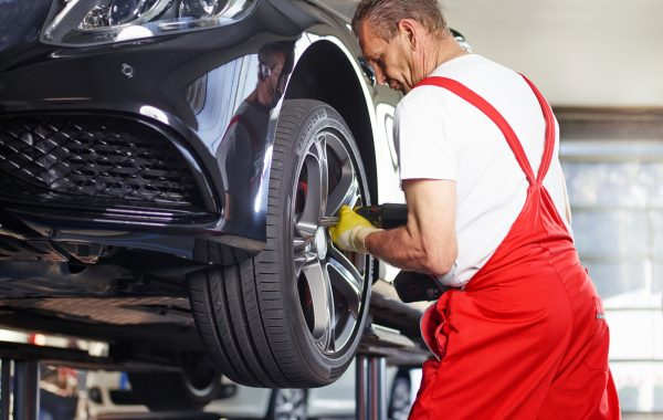 Fitting a summer tyre with impact screwdriver